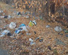 По ул.Клубная лежит мусор