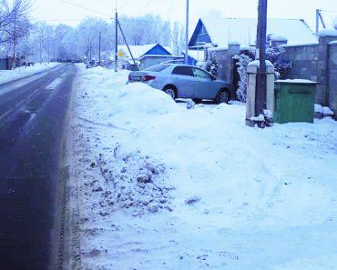 Огромные кучи снега по ул.Сланова