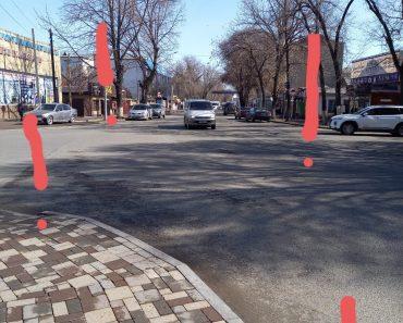 На  перекрёстке ул.Кабанбай-батыра и ул.Шахворостова нет светофора и пешеходного перехода
