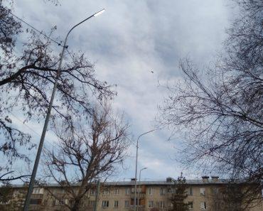 Днём горит уличное освещение